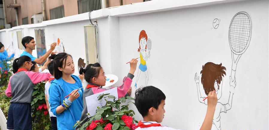 """打工子弟迎""""六一""""        在""""六一""""儿童节即将到来之际,志愿者来到上海市嘉定区一所打工子弟小学――杨林小学,通过课堂互动、校园美化、物资捐赠等方式……"""