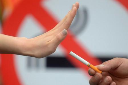 行为艺术劝戒烟