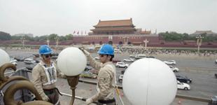 高温下,那些坚守在一线的奋斗者         在北京天安门广场,华灯班成员清扫、检修华灯。在天安门广场和长安街,为让金色华灯绽放出最耀眼……