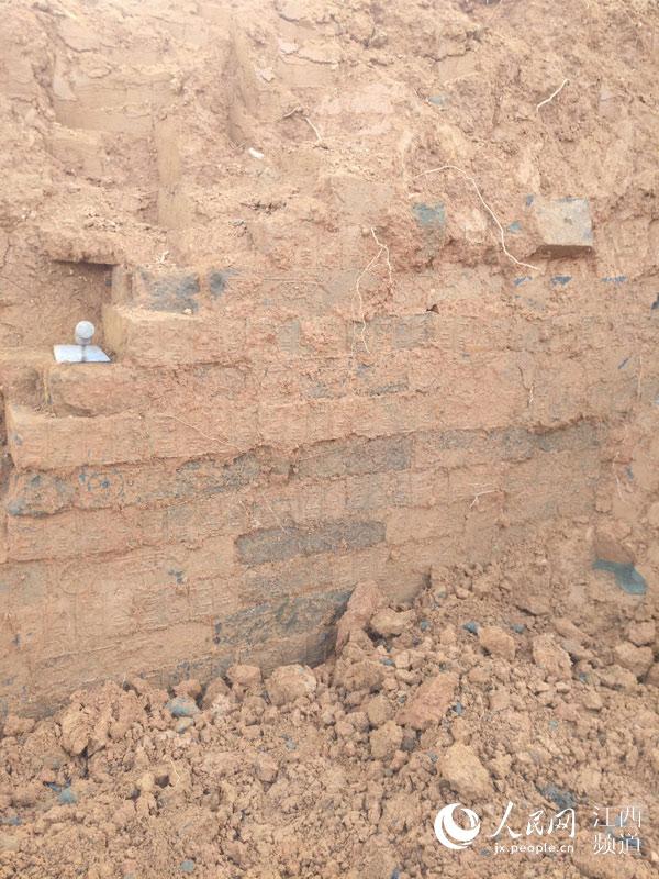 江西寻乌发现汉代古墓 墓砖表面有花纹砖块和铭画