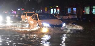 """河北石家庄:暴雨袭城部分路段积水        7月18日晚,在河北省石家庄新乐市新华路上,汽车在大水中前行。当晚突降大暴雨,造成部分路段积水,开车如""""开船""""。"""