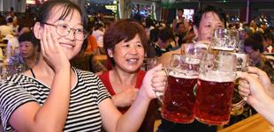 第28届青岛国际啤酒节开幕        第28届青岛国际啤酒节开幕。来自30多个国家和地区的200余个啤酒品牌、1300多款啤酒将亮相本届啤酒节。