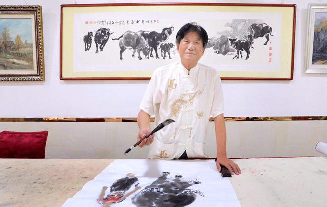 """江西画家范如之珠海画展受欢迎 曾被誉""""江南牛王"""""""