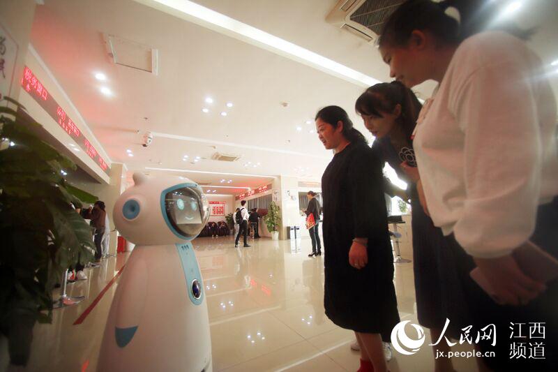政务服务机器人吸引众人目光