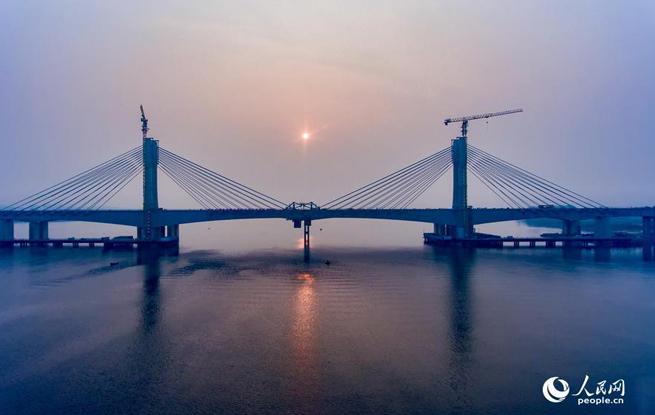 蒙华铁路汉江特大桥主桥合龙