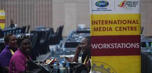 探访APEC国际媒体中心        11月13日,工作人员在巴布亚新几内亚首都莫尔兹比港的APEC国际媒体中心休息。APEC第二十六次领导人非正式会议将于11月17日至18日举行。