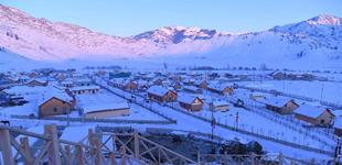 """""""额尔齐斯河第一村""""的冬天        塔拉特村位于新疆富蕴县可可托海镇额尔齐斯大峡谷入口处,由于距离额尔齐斯河源头很近,享有""""额尔齐斯河第一村""""的美誉……"""