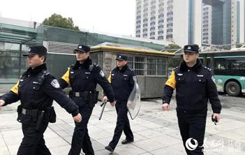 南昌特警:车站值守保平安