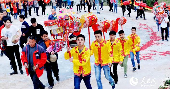 江西南康:乡村农家舞动祥龙喜闹新春