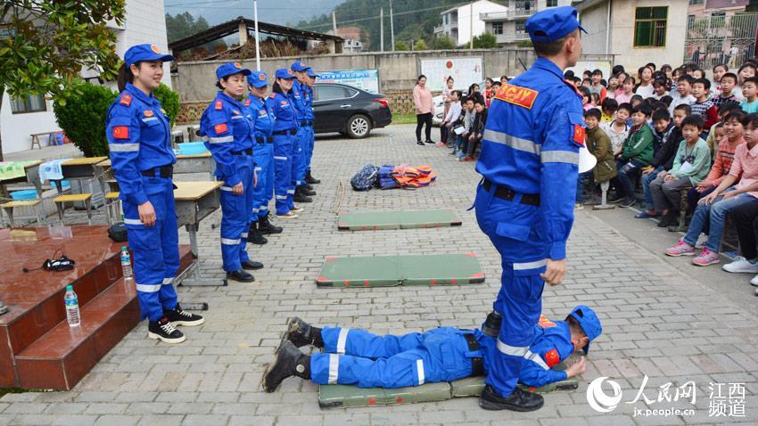 救援队队员讲授在踩踏中如何保护自己。