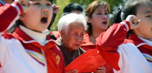 """南昌:方志敏广场举办清明诗歌会        4月1日,东湖区""""可爱的中国""""清明诗歌会在方志敏广场举行,在方志敏女儿……"""