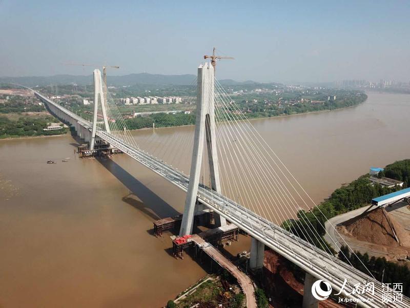 昌赣高铁赣州赣江特大桥开始铺轨 为国内首座大跨度高铁斜拉桥