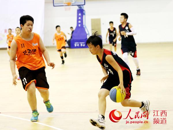 每球必争、每分必夺 千余名小球员篮球赛场比拼