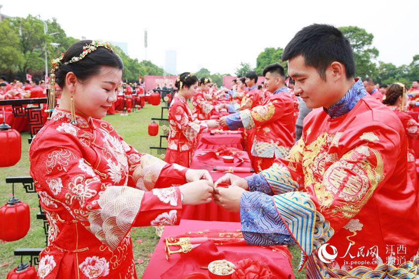 【高清图】南昌艾溪湖畔百对新人举行集体婚礼