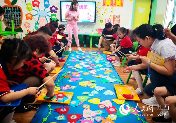 人民网南昌5月30日电(时雨)29日,南昌市抚河幼儿园内一片欢声笑语,一场老师、家长与孩子们互动的象棋嘉年华 六一乐翻天的亲子游园活动正在举行,通过这样的形式迎接即将到来的六一儿童节。 活动前,老师们精心布置了具有象棋特色欢乐的节日环境,并根据孩子的年龄特点创设了不同的游戏,如棋逢对手心愿便利贴球球大营救过桥飞棋等。活动中,孩子们手持游戏入场券,自主选择游戏场地,自主游戏,在游戏中体验竞争与合作、挑战与创作,在游戏中获得锻炼与成长。 2018年,我们幼儿园引进了象棋特色教学,引领幼