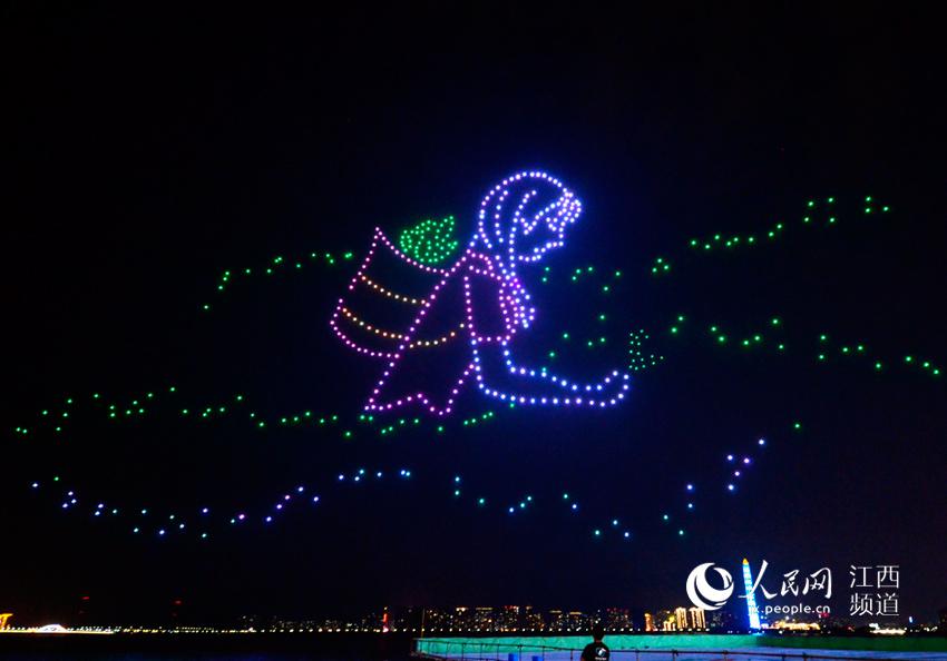 """600架无人机在九江八里湖上空演绎了一场""""茶泉""""灯光秀。"""