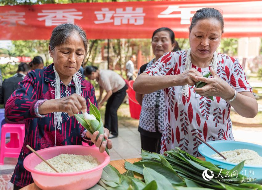 江西遂川:包粽子迎端午