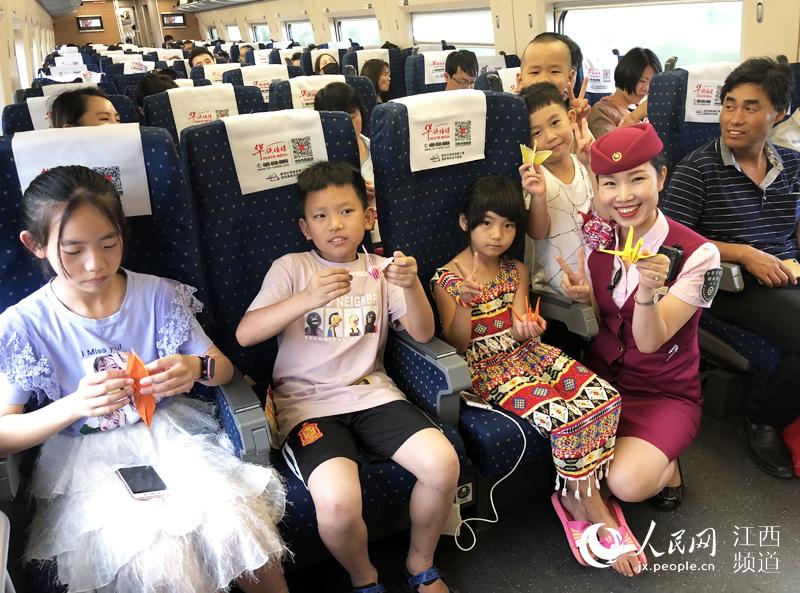 旅途远离手机 南铁车长陪小乘客玩折纸