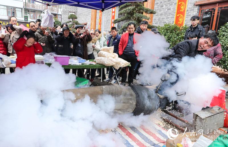 江西萍乡市安源区南正街·爆米花小时候的味道(李桂东/摄)