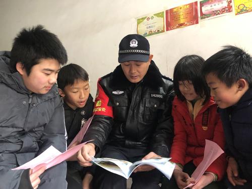 九江铁警为困难学生送上冬日温暖