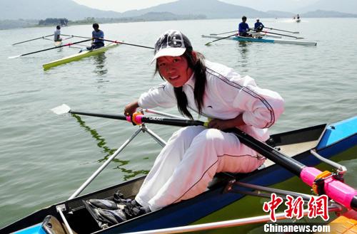 8月2日,一名运动员正顶着烈日,在福建莆田市皮划赛艇训练基地训练.